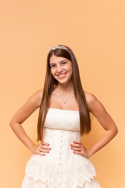 Adolescente feliz comemorando seu aniversário de quinze anos enquanto posava Foto gratuita