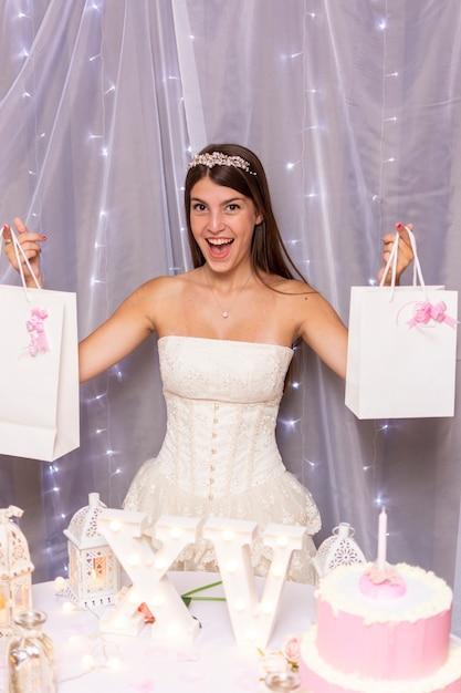 Adolescente feliz comemorando seu aniversário de quinze anos Foto gratuita