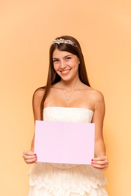 Adolescente feliz, segurando um cartão vazio Foto gratuita