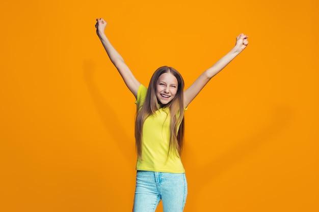 Adolescente feliz sucesso comemorando ser um vencedor. imagem energética dinâmica do modelo feminino Foto gratuita