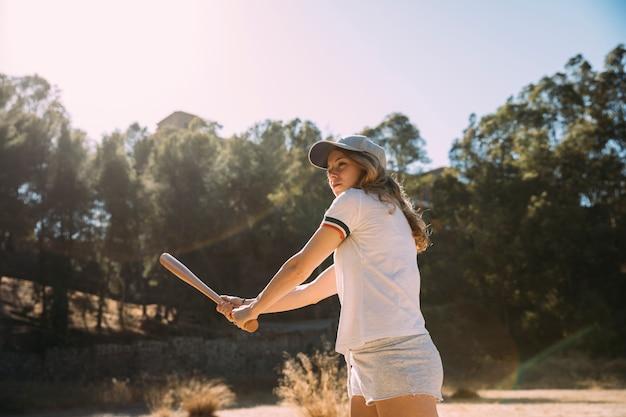 Adolescente feminino atraente preparado para jogar Foto gratuita