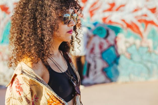 Adolescente morena de pé lá fora Foto gratuita