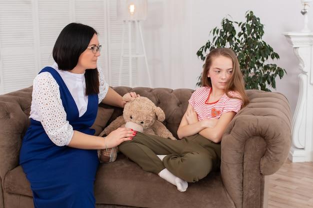 Adolescente na recepção do psicoterapeuta. sessão de psicoterapia para crianças. o psicólogo trabalha com o paciente Foto Premium