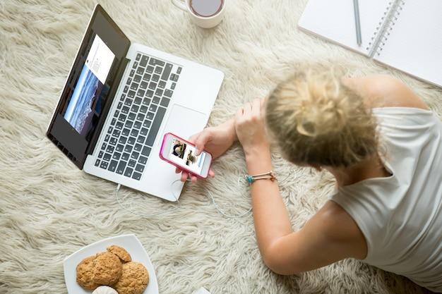 Adolescente navegando em mídias sociais Foto gratuita