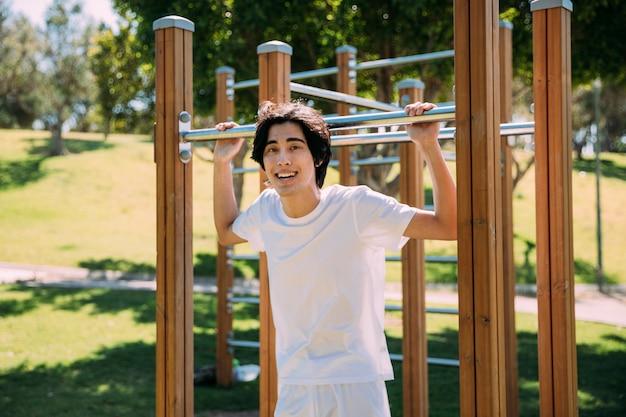 Adolescente, sorrindo, em, pátio recreio Foto gratuita