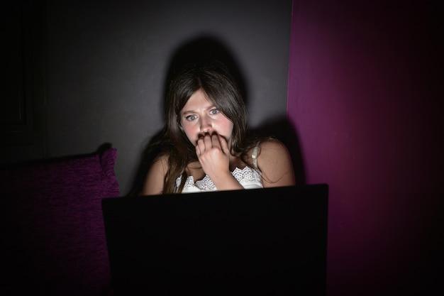 Adolescente tem medo de assistir a um filme de terror Foto Premium