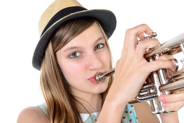 Adolescente toca trompete Foto Premium