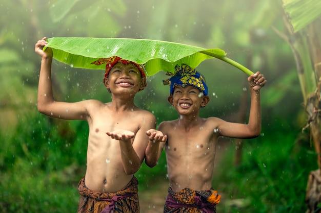 Adolescentes asiáticos meninos rindo ao ar livre romance amizade amor no verão Foto Premium