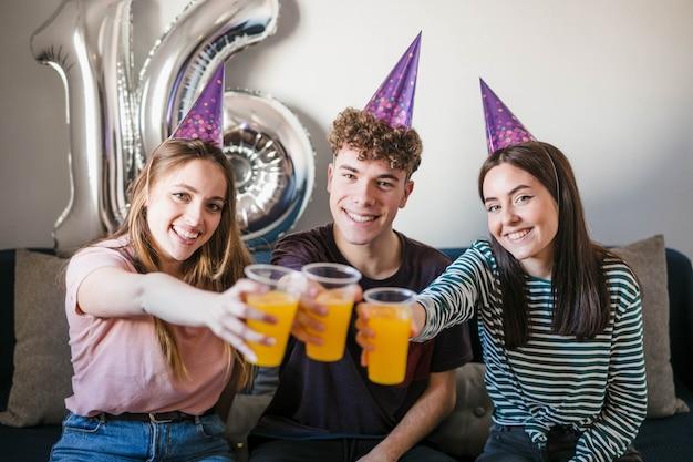 Adolescentes, brindar, com, copos soda Foto gratuita