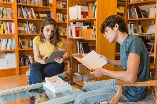 Adolescentes, com, tabuleta, e, livro, estudar Foto gratuita
