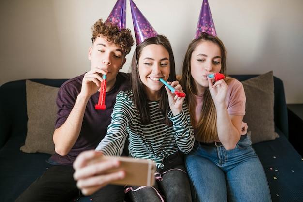 Adolescentes de vista frontal tomando um selfie Foto gratuita