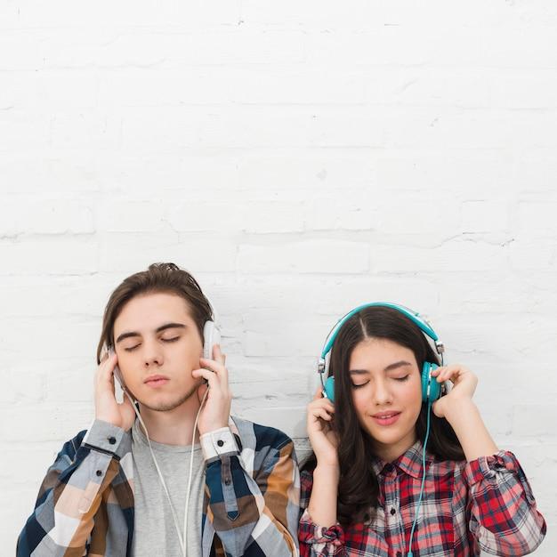 Adolescentes, escutar música Foto gratuita