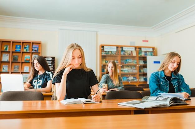 Adolescentes fazendo anotações em sala de aula Foto gratuita
