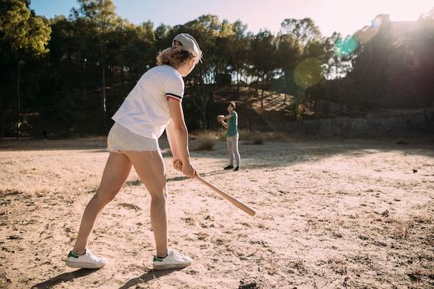 Adolescentes, jogando basebol, parque Foto gratuita