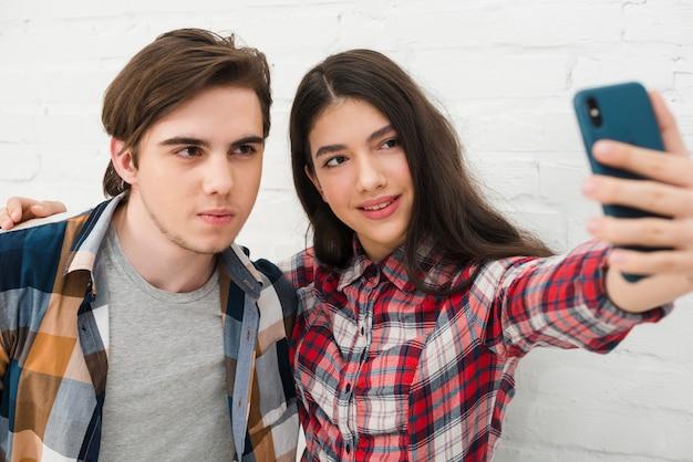 Adolescentes, levando, um, selfie Foto gratuita