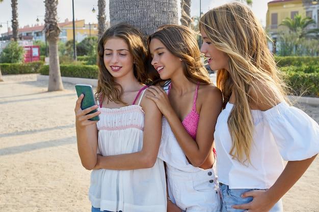 Adolescentes melhores amigos meninas jogam com smartphone Foto Premium
