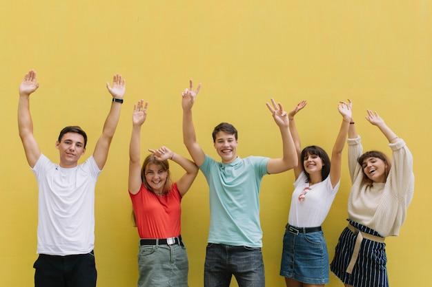 Adolescentes no festival de música do verão que tem o bom tempo em um fundo amarelo. Foto Premium
