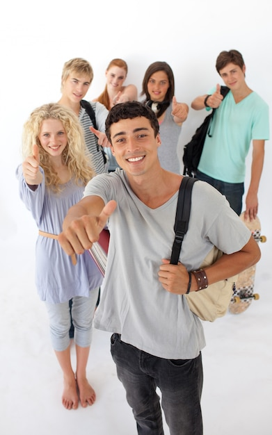 Adolescentes, passando, escola secundária Foto Premium