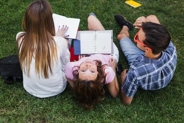 Adolescentes se divertem enquanto estudam Foto gratuita