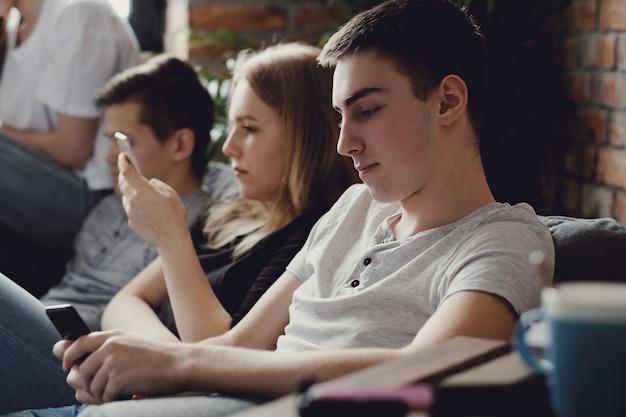 Adolescentes usando telefones móveis usando telefones móveis Foto gratuita