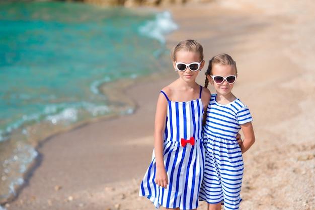 Adoráveis meninas se divertindo durante as férias de praia Foto Premium