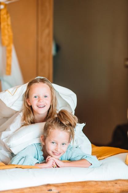 Adoráveis meninas se divertindo em casa Foto Premium
