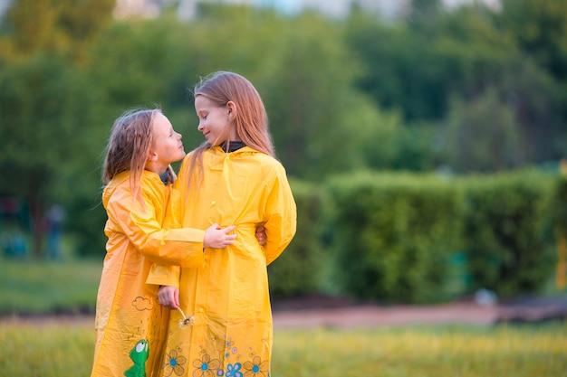 Adoráveis meninas sob a chuva em um dia quente de outono Foto Premium
