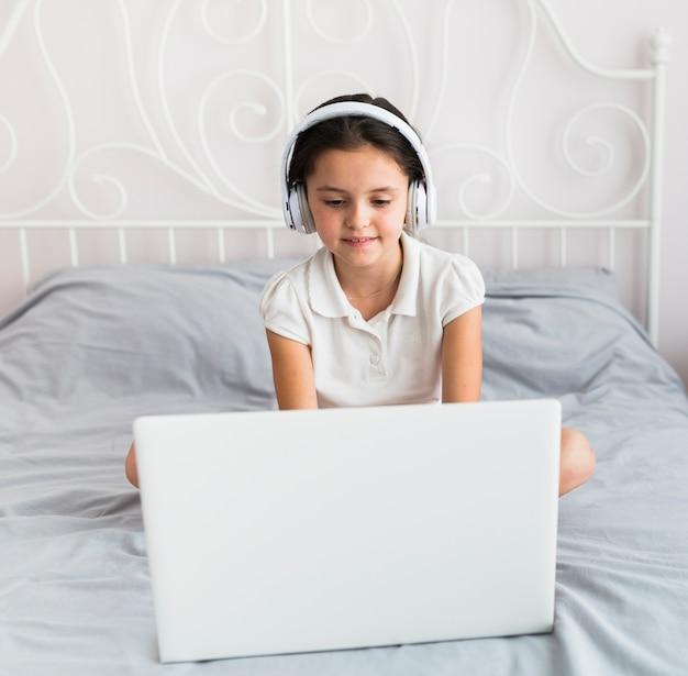 Adoráveis meninas usando seu laptop Foto gratuita