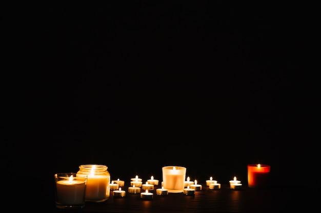 Adoráveis velas flamejantes Foto gratuita