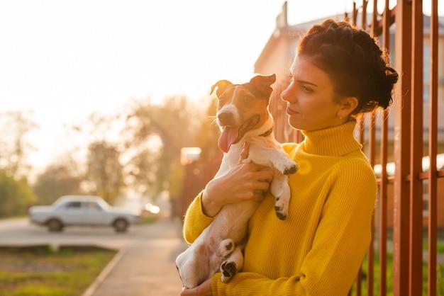 Adorável cachorrinho com seu dono Foto gratuita