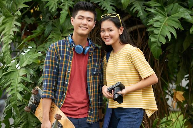 Adorável casal jovem Foto gratuita