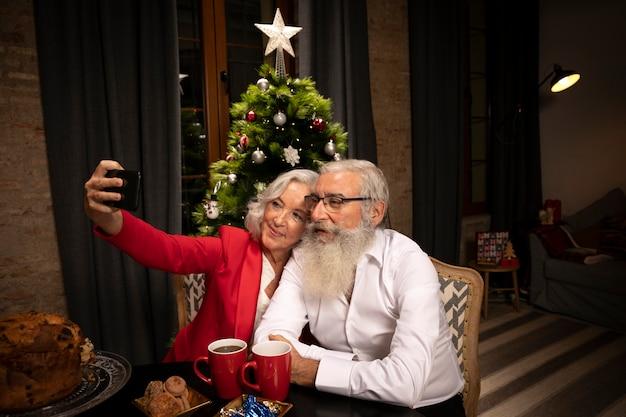 Adorável casal sênior tomando uma selfie Foto gratuita