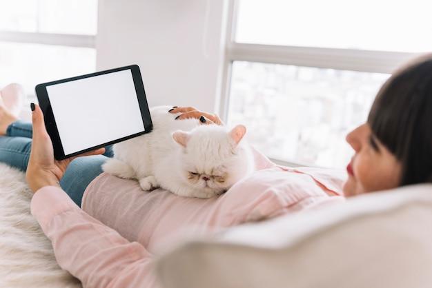 Adorável composição de gato com dispositivo tecnológico Foto gratuita