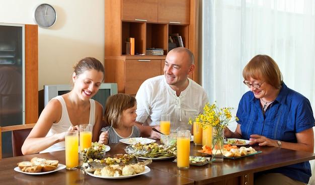 Adorável família de multigeração feliz tendo um jantar saudável Foto gratuita