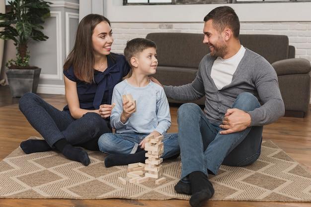 Adorável filho brincando com os pais Foto gratuita