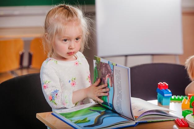 Adorável garota com livro Foto Premium