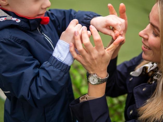 Adorável garoto brincando com sua mãe Foto gratuita