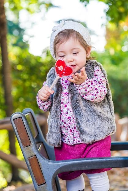Adorável garoto com doces ao ar livre. Foto Premium