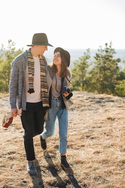 Adorável jovem casal ao ar livre Foto gratuita