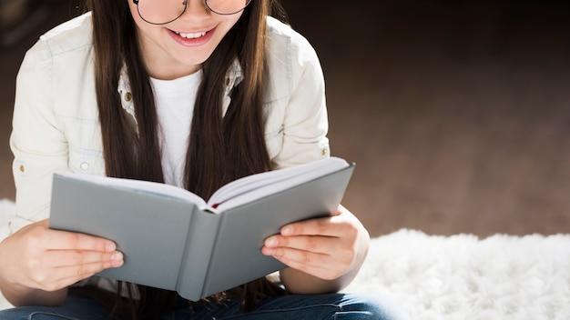 Adorável jovem lendo um livro | Foto Grátis