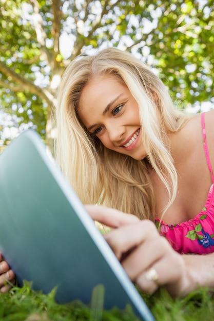 Adorável jovem usando seu tablet Foto Premium