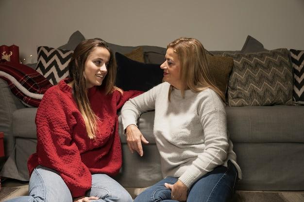 Adorável mãe e filha de ligação Foto gratuita