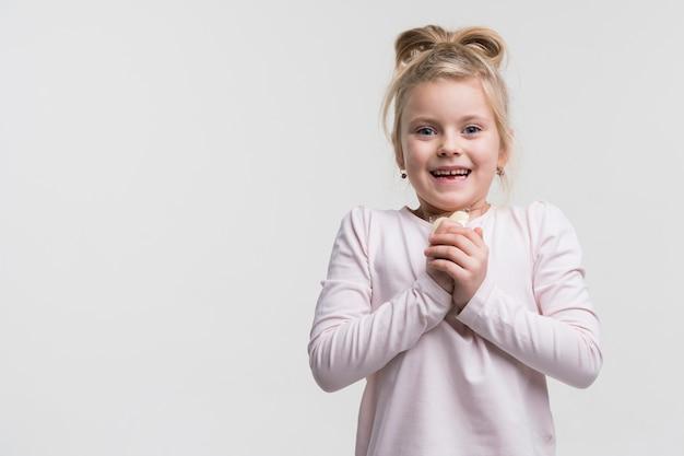 Adorável menina jovem rindo Foto gratuita