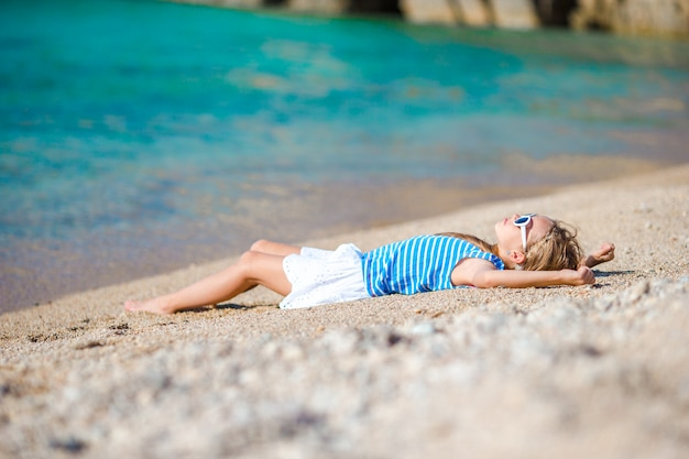 Adorável menina na praia durante as férias na europa Foto Premium