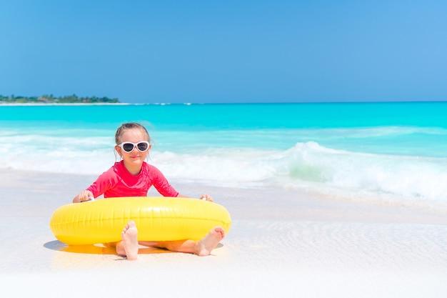 Adorável menina se divertindo na praia Foto Premium