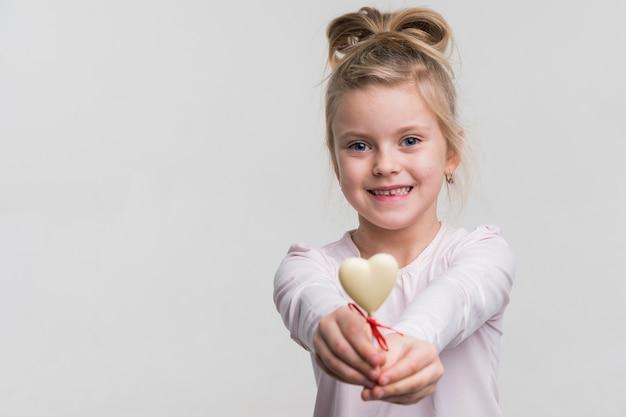 Adorável menina sorrindo Foto gratuita