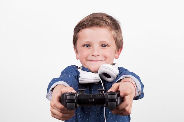 Adorável menino jogando videogame Foto gratuita