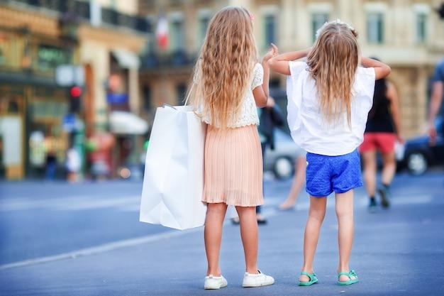 Adorável moda meninas ao ar livre na cidade europeia Foto Premium