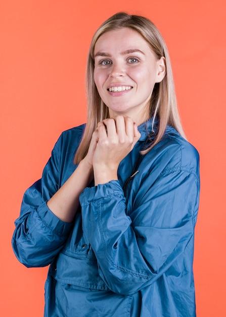 Adorável mulher casual posando no estúdio Foto gratuita