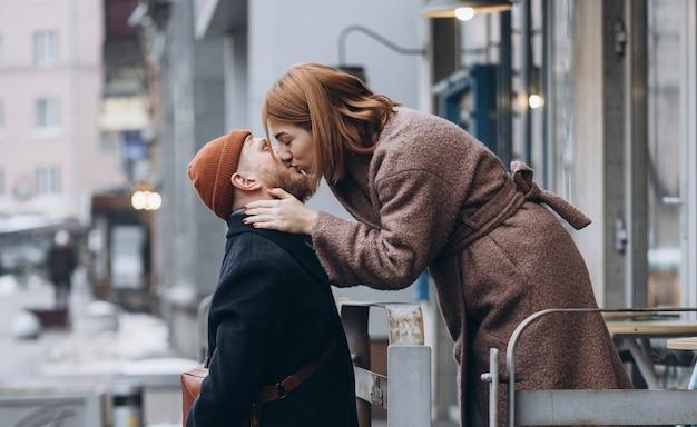 Adulto casal apaixonado beijando na rua Foto gratuita